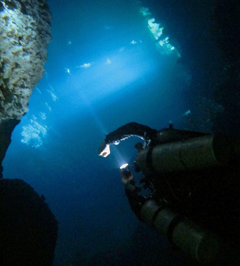Parada de Descompresion profunda despues de un buceo en cueva en el Pit