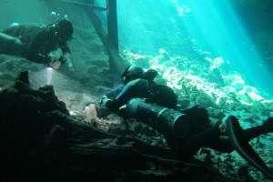 Pratique de partage d'air avant une plongée souterraine
