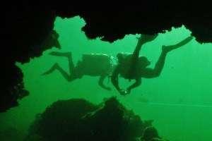 Trabajo en equipo durante el curso de buceo en cueva