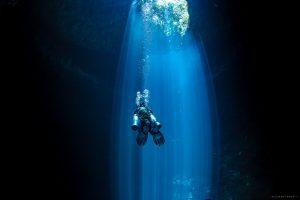Cenote Le Pit et sa fabuleuse lumière, plongée profonde en caverne